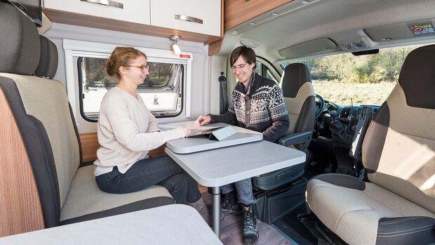 Die Dinette ist eng bemessen. Die Tischerweiterung misst 31 Zentimeter und reicht kaum an den Beifahrersitz heran.