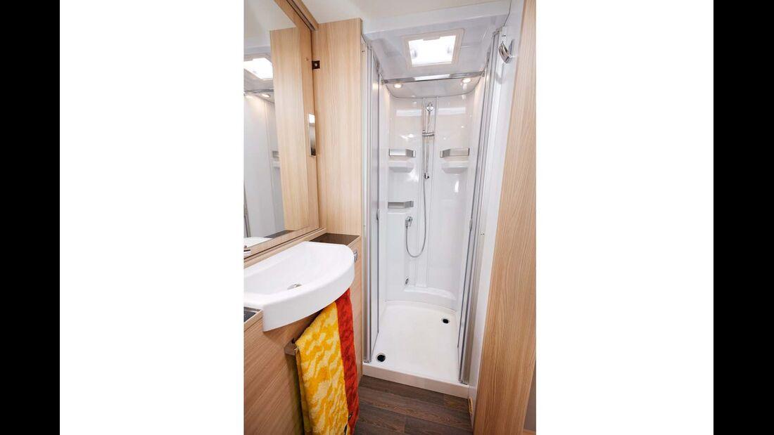 Die Dusche mit Ablagen und abnehmbarer Kleiderstange.