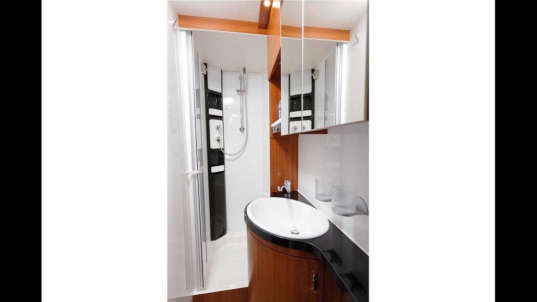 Die Duschkabine findet rechts im Heck ihr Plätzchen.