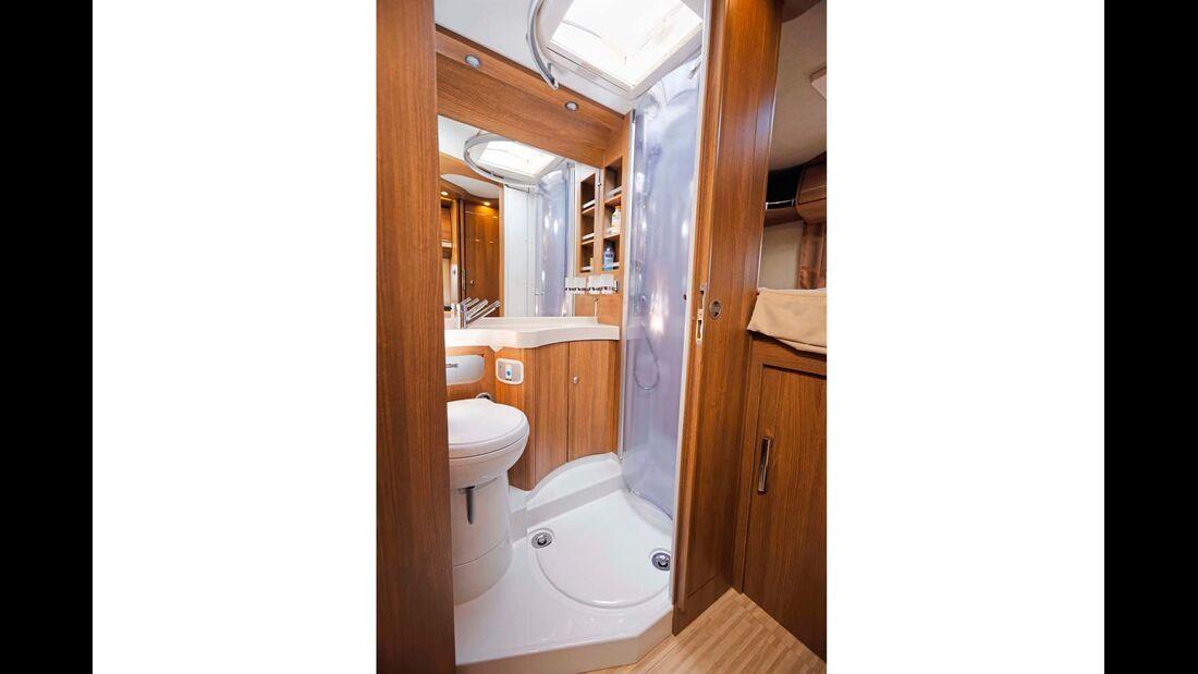 Die Duschkabine ist geschickt in das kompakte Bad integriert.