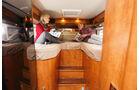 Die Einzelbetten sind hoch eingebaut, um viel Stauraum in der Garage zu schaffen.