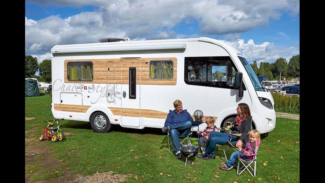 Die Familie fühlt sich mit ihrem Chalet-Mobil im Urlaub, auch wenige Kilometer von Zuhause entfernt.
