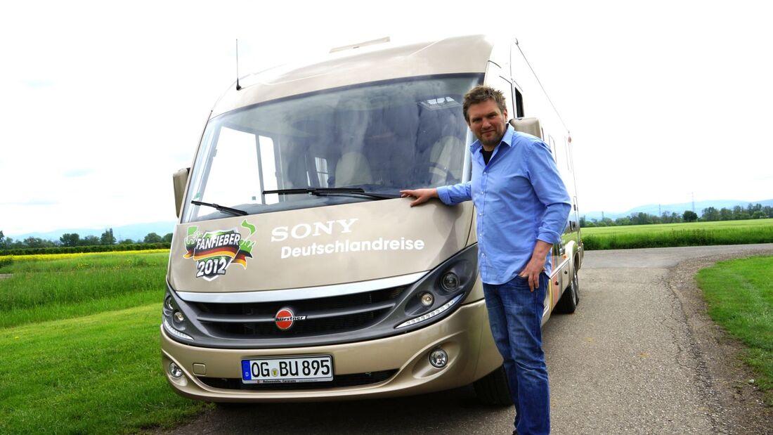 Die Fußball-EM naht. Der Video-Journalist Jörg Pfeiffer reist zur EM in einem Reisemobil von Bürstner durch Deutschland und berichtet.