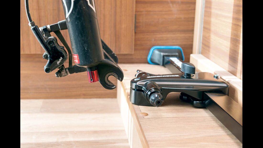 Die Gabel des Vorderrads sitzt direkt auf der Aufnahme mit Schnellspanner.