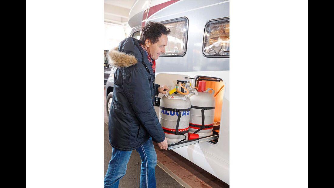 Die Gasflaschen lassen sich mit dem Auszug ganz bequem tauschen und anschließen.