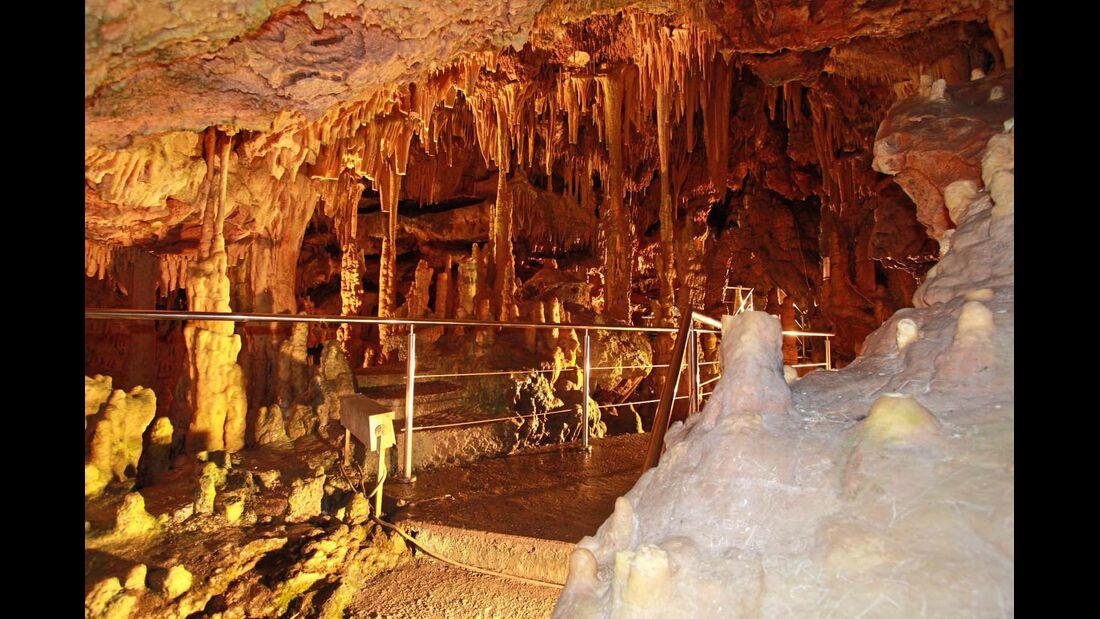 Die Höhle ist per Boot oder zu Fuß erkundbar.