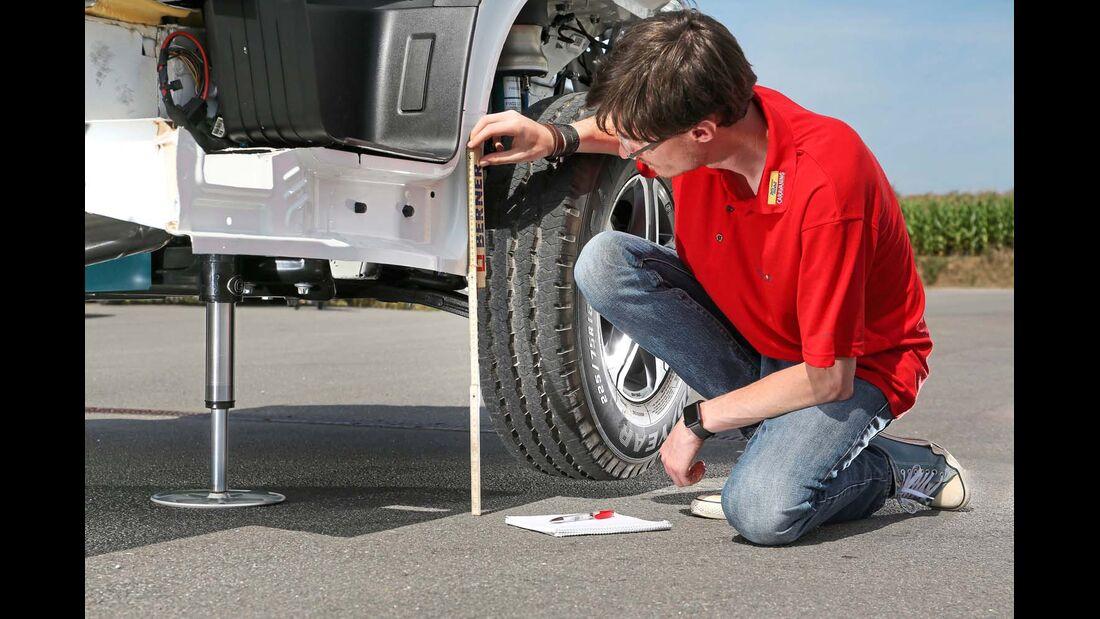 Die Hubstützen von Goldschmitt schaffen 18 Zentimeter Luft unter dem Reifen.