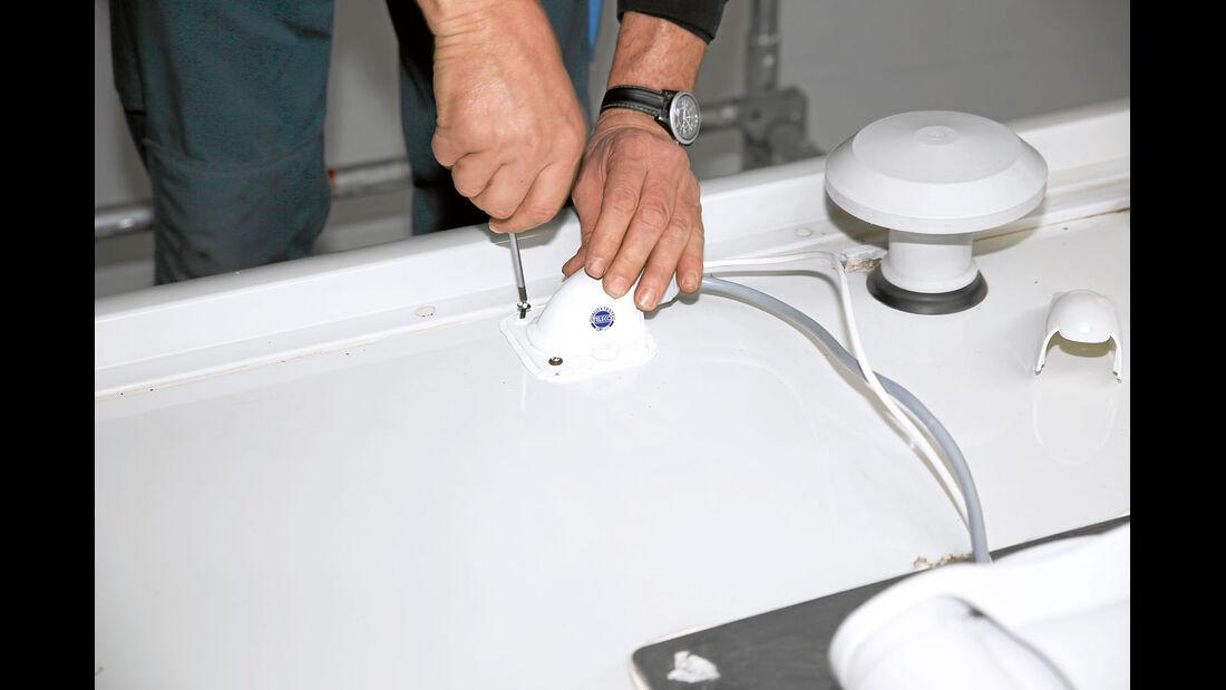 Die Kabeldose aus Aluminium fuehrt die Kabel ohne Knick in den Innenraum.