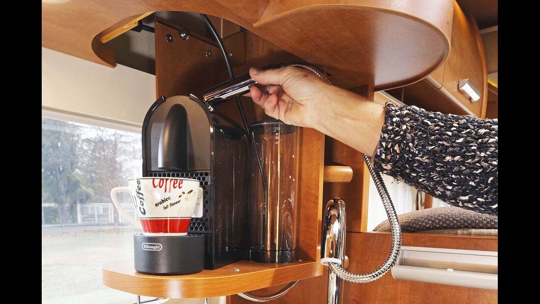 Die Kaffeemaschine auf dem Lift lässt sich direkt mit Wasser füllen beim Carthago Chic C-Line