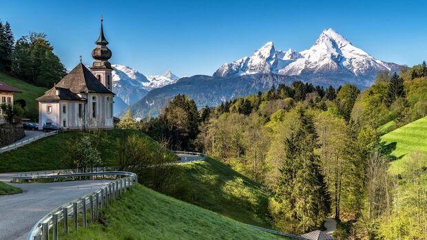 Die Kirche von Maria Gern vor dem Watzmann-Massiv im Berchtesgadener Land.