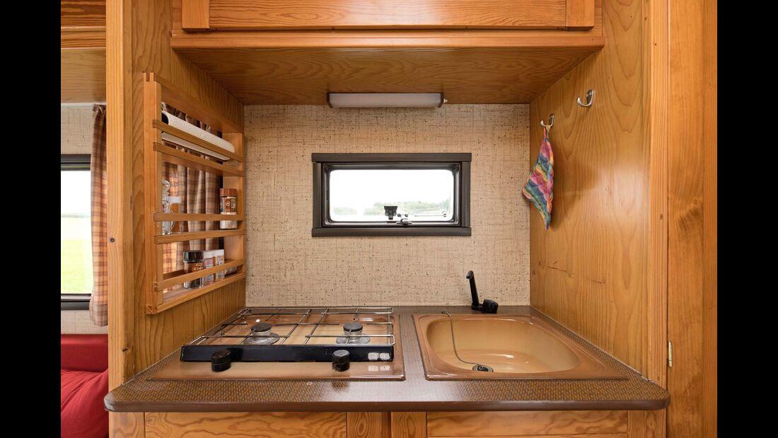 Die Kochnische: Zweiflammen-Gaskocher, daneben die Spüle aus Emaille.