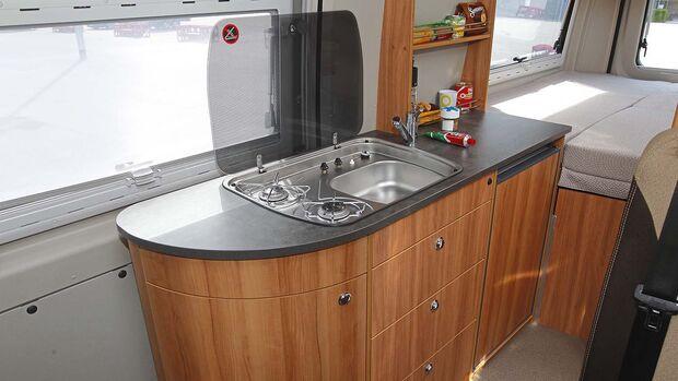 Die Küche hat eine extragroße Arbeitsfläche.