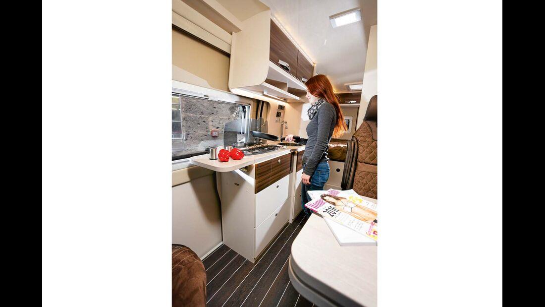 Die Küchenzeile ist mit Dreiflammkocher und 90-Liter-Kühlschrank ausgestattet.