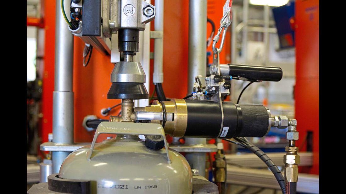 Die Maschine presst eine voreingestellte Menge Gas in die Flasche.