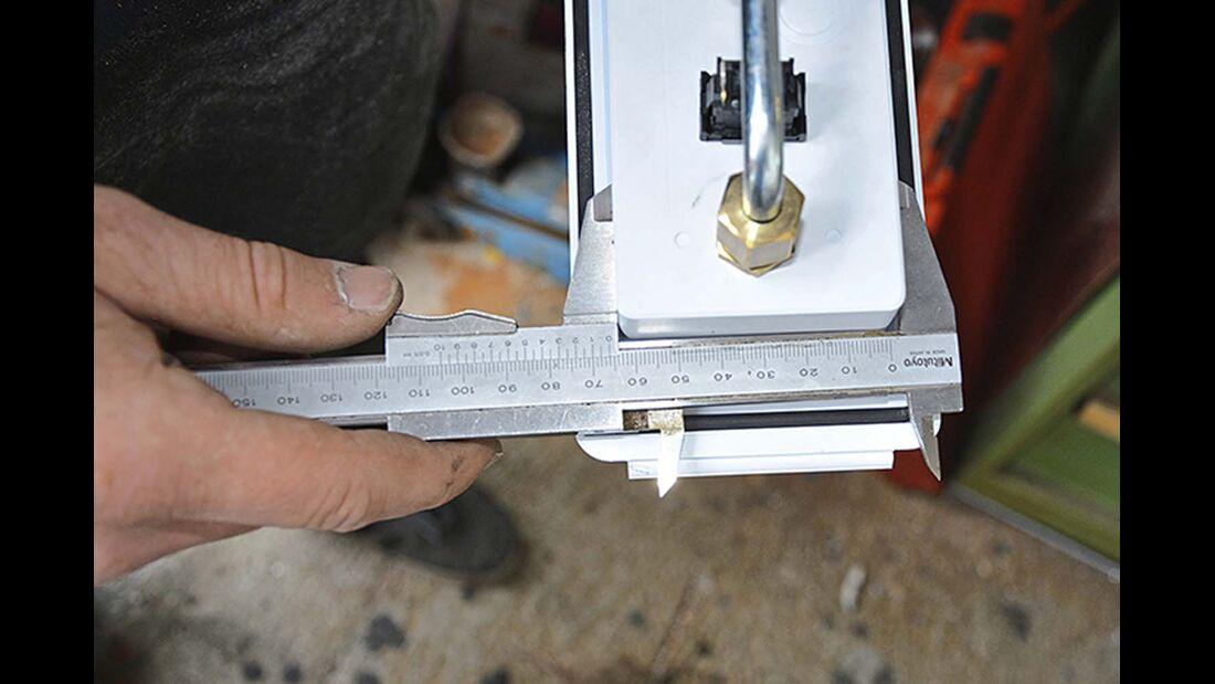 Die Maße der Bedieneinheit müssen genau abgemessen und mit einem Stift auf die Montageplatte übertragen werden.