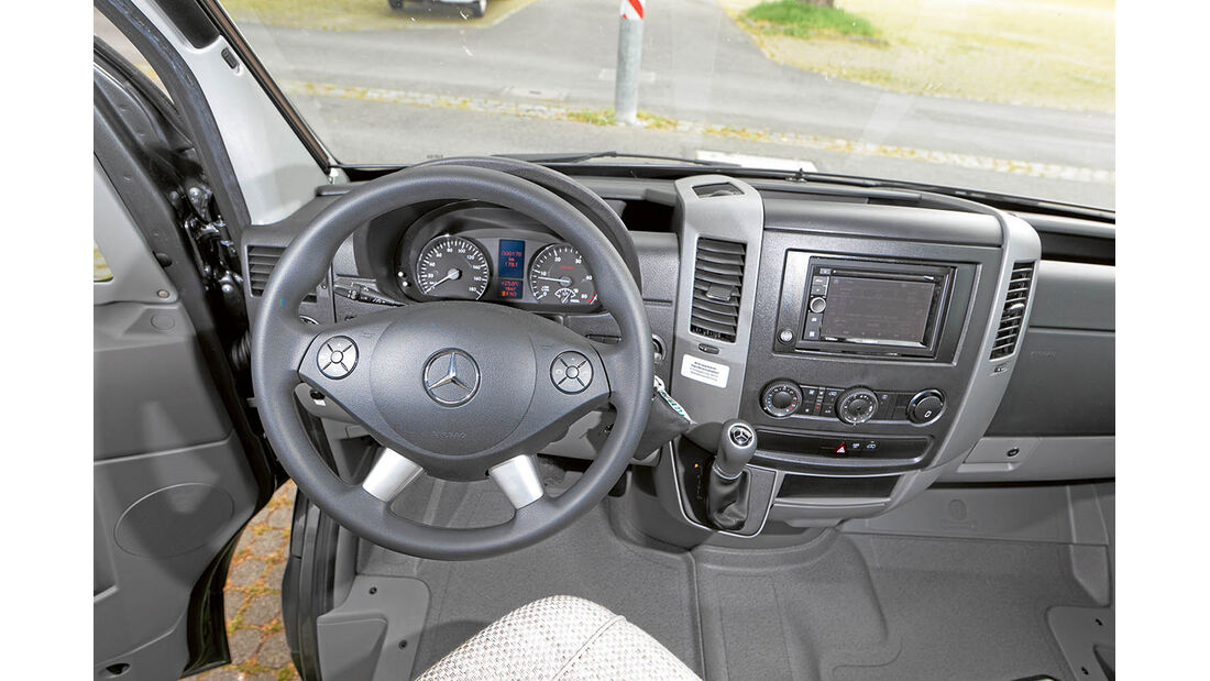 Die Mercedes-Basis bringt, Heckantrieb und Seitenwindassistent mit.