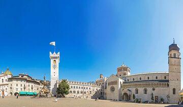 Die Piazza Duomo mit Neptunbrunnen im Zentrum von Trient.