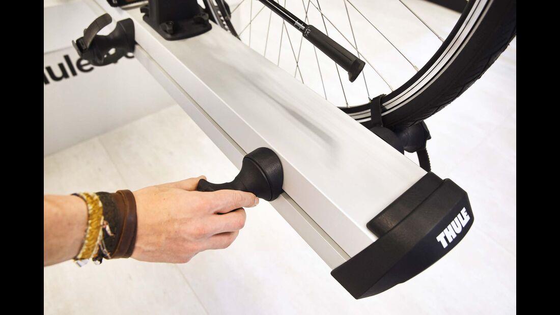 Die Reifenaufnahmen lassen sich ohne Werkzeug justieren.