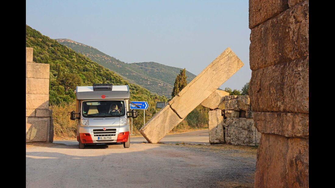 Die Reste des Arkadischen Tors der ausgegrabenen  Stadt Messene wirken auch heute noch eindrucksvoll.