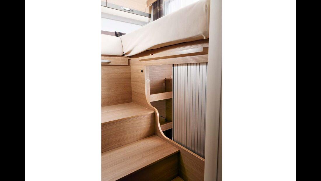 Die Rollotüren der Schränke unterm Bett laufen ohne Fixierung während der Fahrt dauernd auf und zu beim Adria Compact