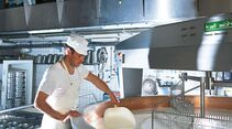 Die Schaukäserei in Stein lädt ein, bei der Herstellung des Appenzeller Käses zuzusehen.