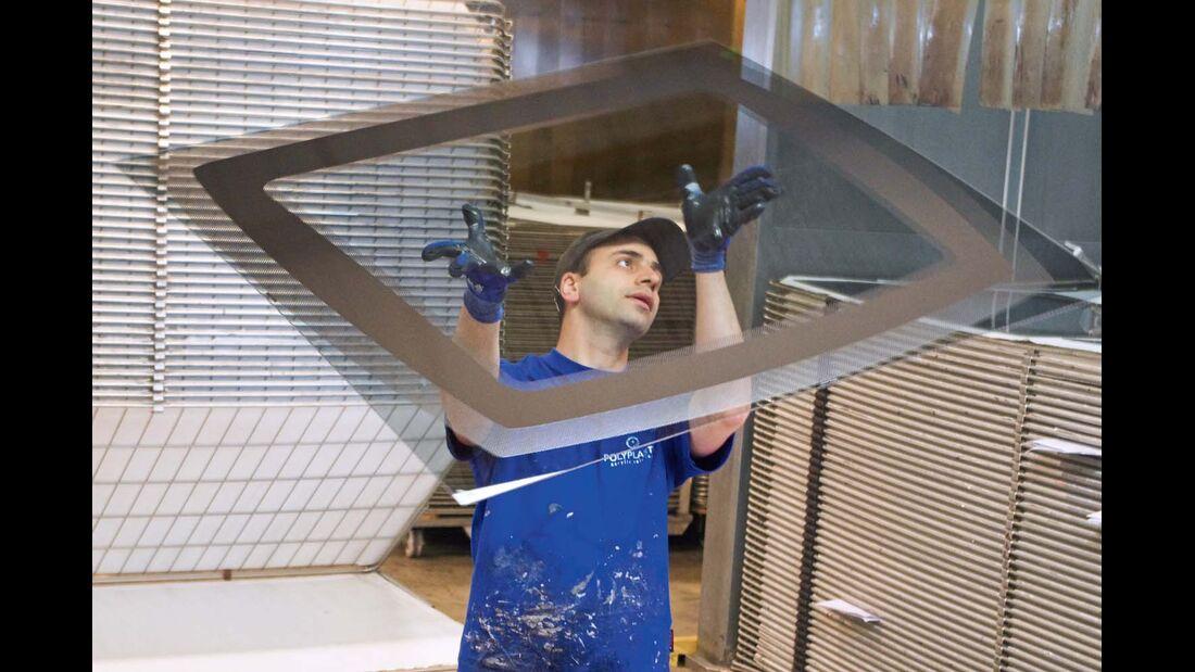 Die Scheibe eines vorgehängten Fensters wird in eine Form gebracht und der Rand bedruckt