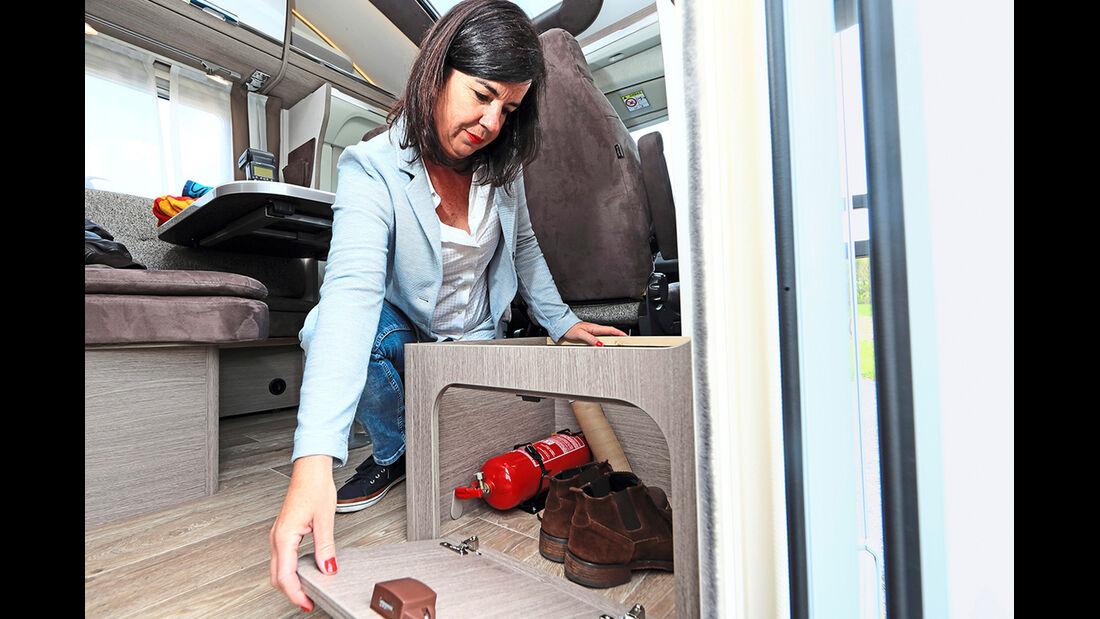 Die Seitensitztruhe bietet sich als Schuhfach an.
