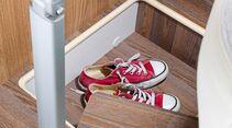 Die Sitztruhe ist belegt, im Podestfach gibt es noch Platz für Schuhe.