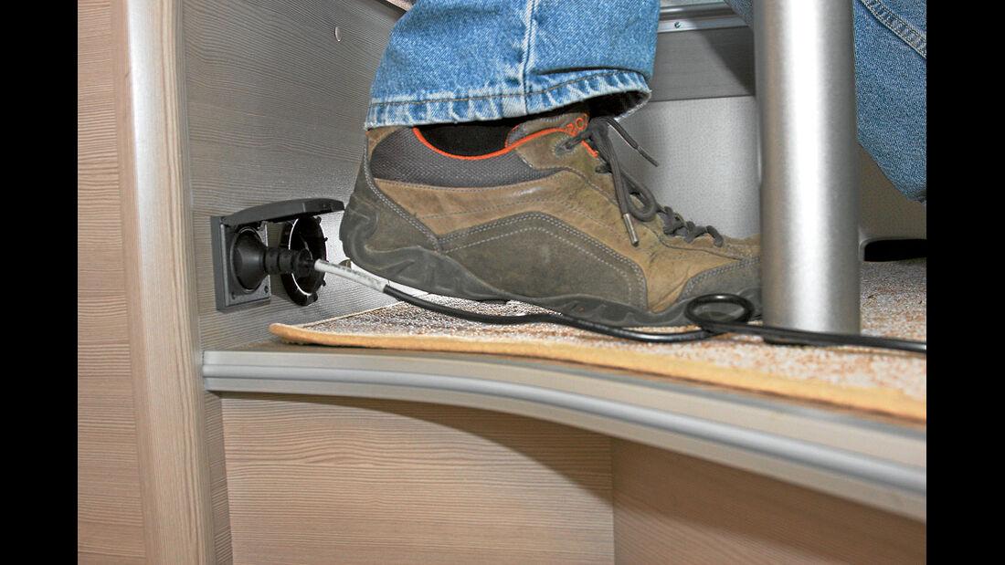Die Steckdose kann beim Reinrutschen in die Bank leicht beschaedigt werden.