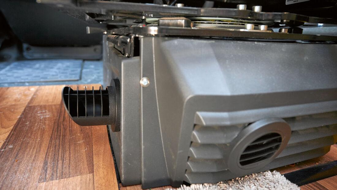 Die Zusatzheizung der Feldhoffs wurde in die Konsole unter dem Beifahrersitz gebaut.