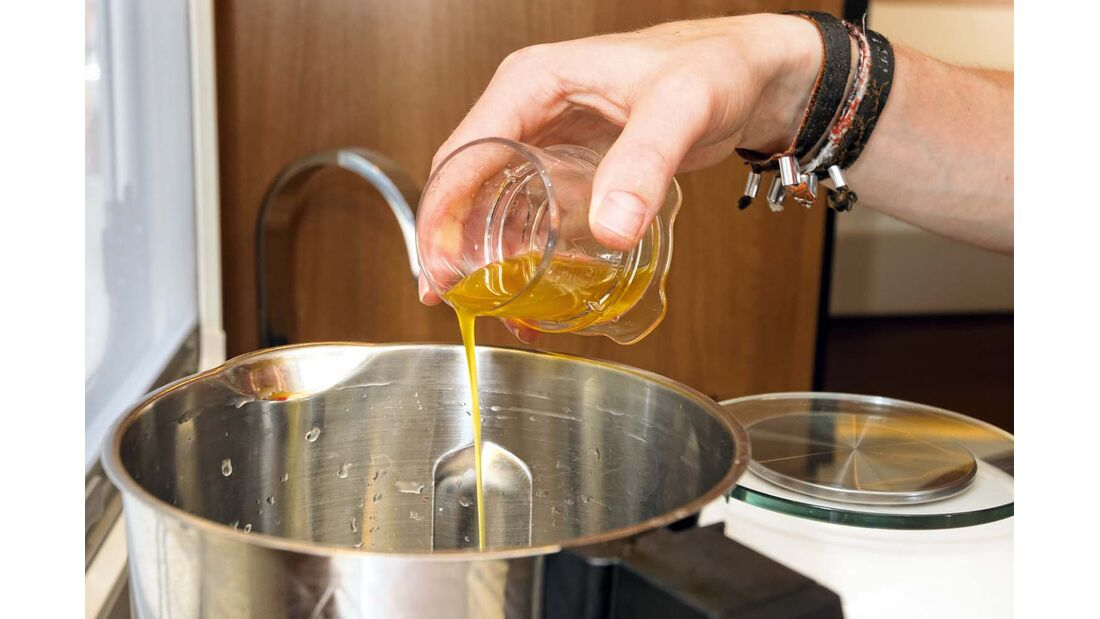 Die Zutaten werden nacheinander in den Mixtopf gefüllt.