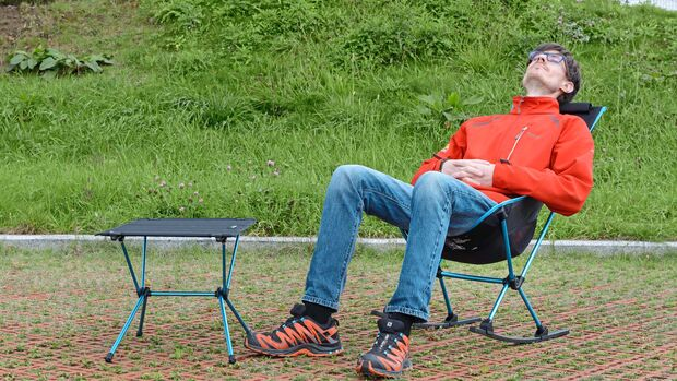 """Die beiden Kufen machen aus dem """"Chair two rocker"""" einen Schaukelstuhl. Der Tisch lässt sich übrigens auch als Fußablage benutzen."""