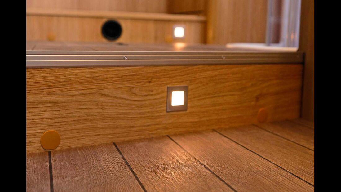 Die dezente Beleuchtung der Stufen erhöht die Sicherheit und stört nachts den Partner nicht.