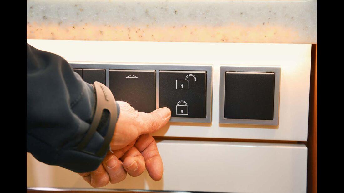 Die elektrische Zentralverriegelung aller Küchenauszüge ist eher in der Oberklasse zu finden.