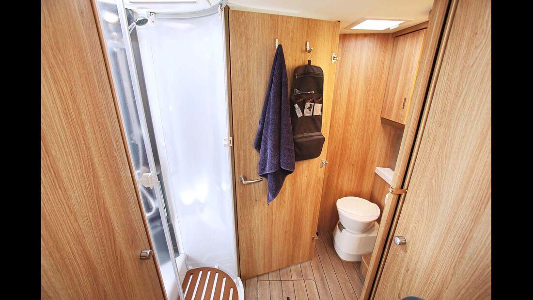 Die feste Badtür trennt wahlweise das WC oder den gesamten Sanitärbereich ab