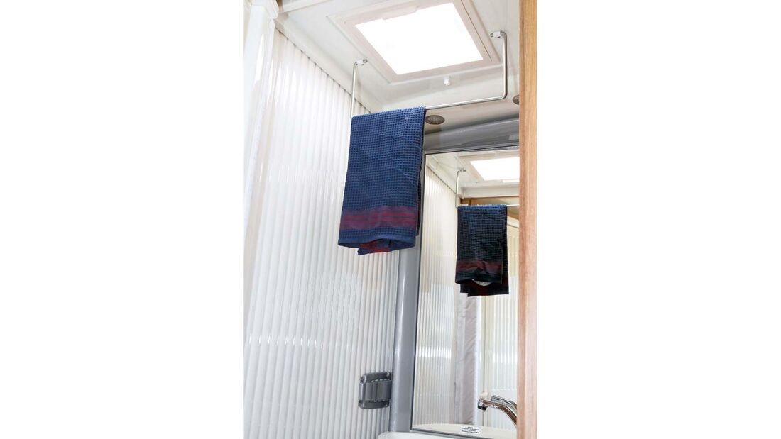 Die herunterklappbare Stange ist nützlich zum Trocknen von Handtüchern und Kleidung im Sunlight T 60