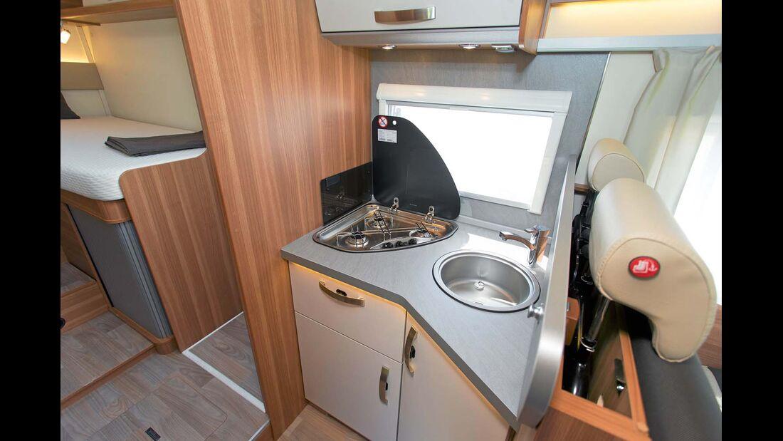 Die kompakte Winkelküche bietet mehrere kleine Arbeitsflächen.