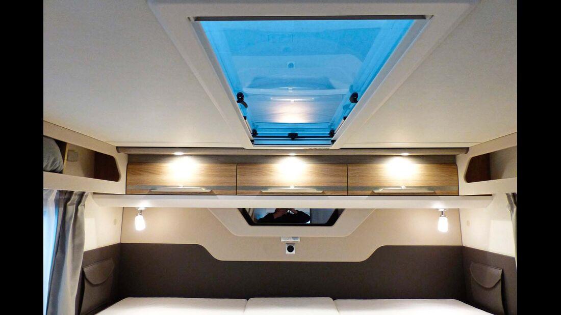 Die lange Dachhaube im Schlafzimmer lässt viel Licht herein und sorgt für ein hübsches Ambiente.