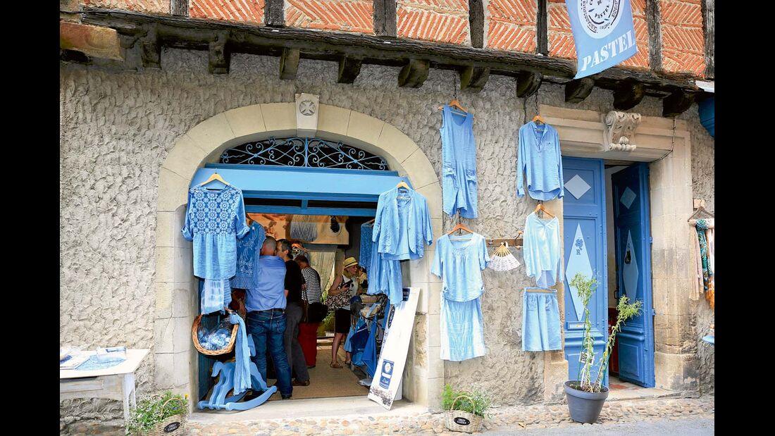 """Die pastelgefärbten Blusen aus der Manufaktur """"La Ferme au Village"""" sind sehr gefragt."""