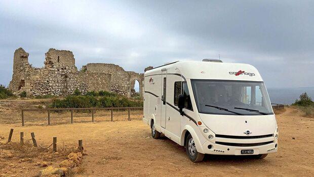 Die promobil-Leser Georg und Esther Fausch berichten von ihrem Lieblingsplatz vor einer Burg im sonnigen Portugal.