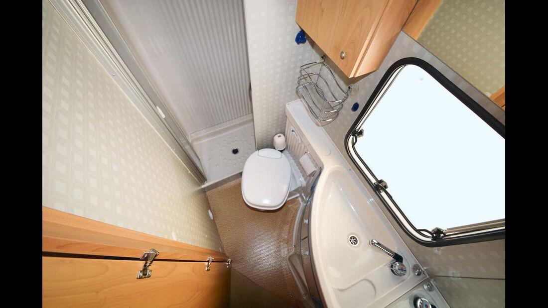 Die separate Dusche ist typisch für den Bürstner T.