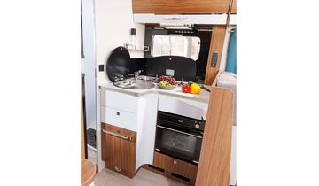 Die verschachtelte Anordnung von Kocher und Spüle lässt relativ viel Arbeitsfläche frei.