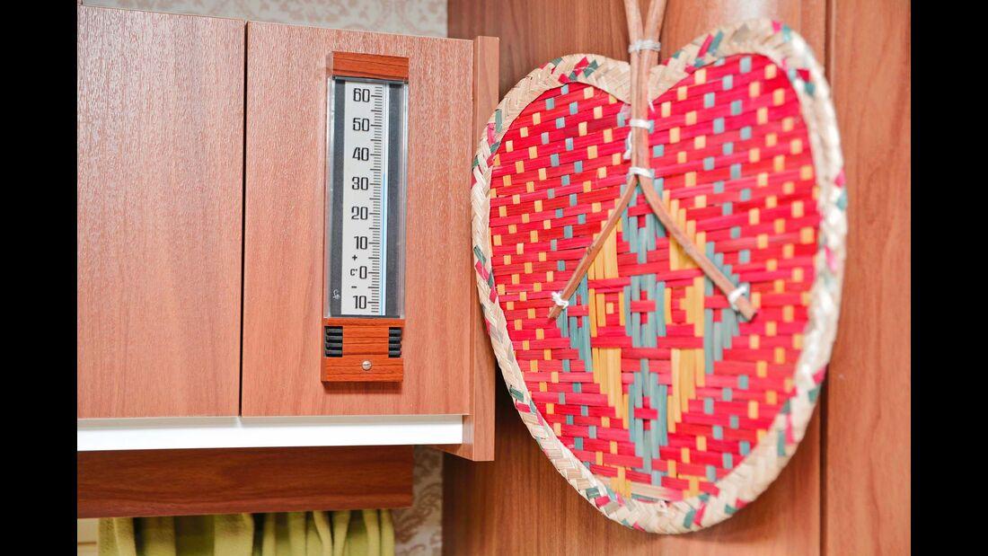 Die vielen Deko-Elemente machen den Innenraum wohnlich. Ohne Klimaanlage steigt das Thermometer stark an.