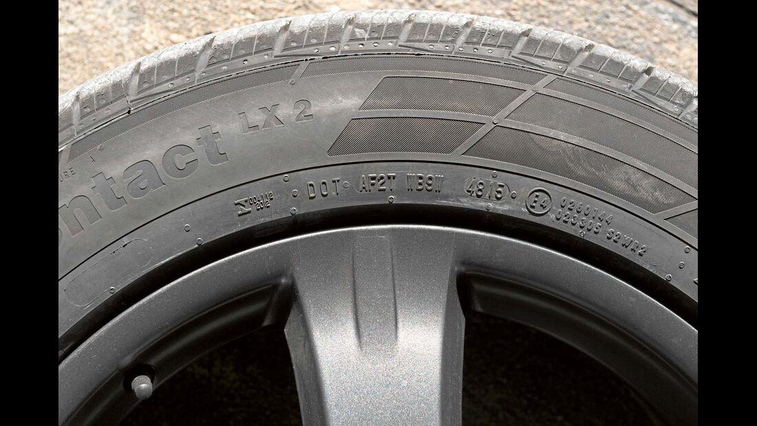 Die vollständige DOT-Kennung gibt das Herstellungswerk, die Reifengröße und die Produktionswoche an.