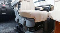 Die zweifache Sitzneigungsverstellung dient gleichzeitig zur Höhenjustierung. Beim Original-Fiat-Sitz mit Gurt gelingt dies aber nur mühsam.