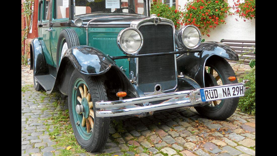 Dieser Oldtimer passt gut ins Zentrum von Ruedesheim.