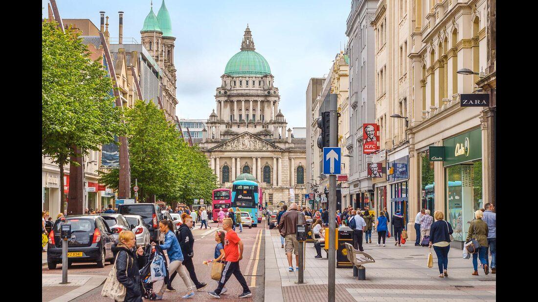 Donegal Square vor der City Hall in Belfast