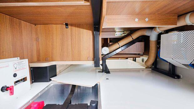 Doppelboden-Durchladefach unter der Sitzgruppe