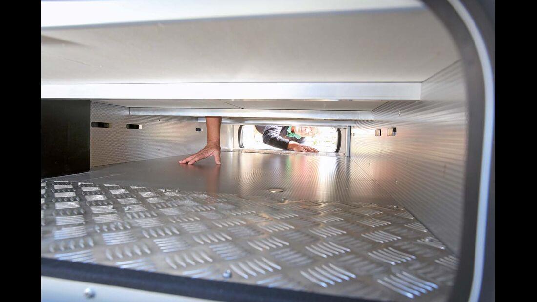 Doppelbodenfach zum Durchladen flacher Gepäckstücke beim Rapido 8080 dF