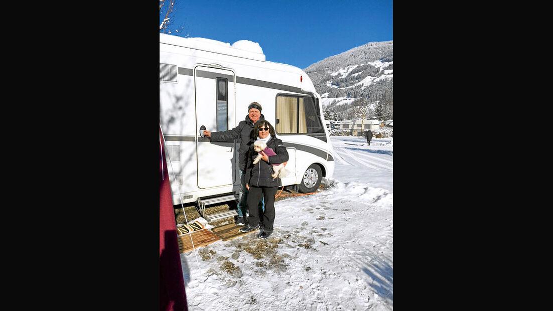 Doris und Bodo Lauterbach vor Reisemobil